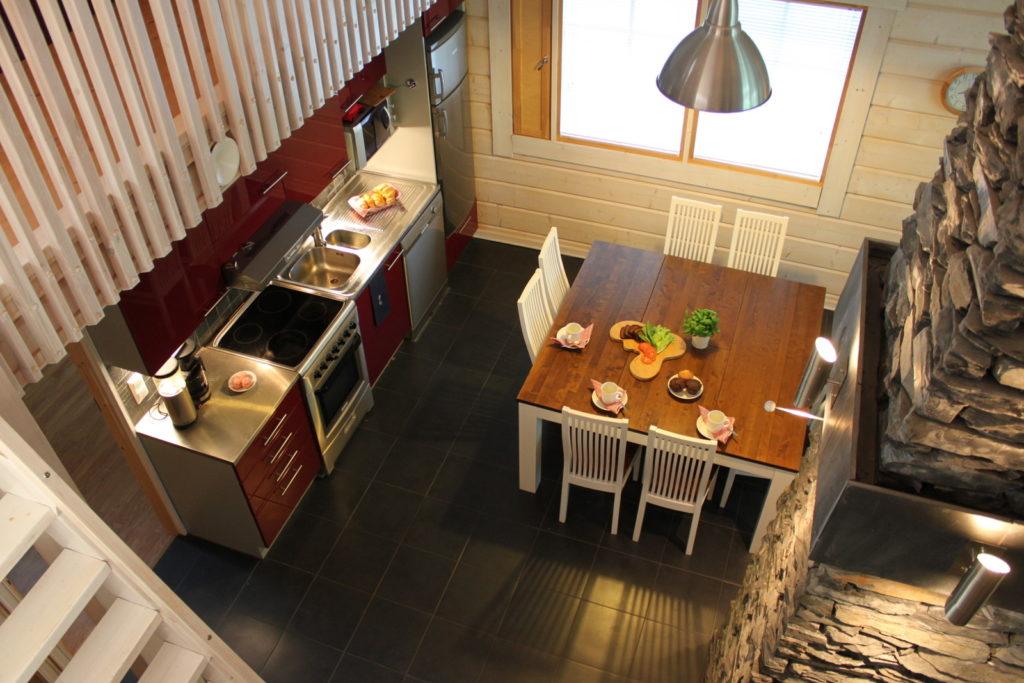 Keittiö ja ruokailutila parvelta katsottuna.