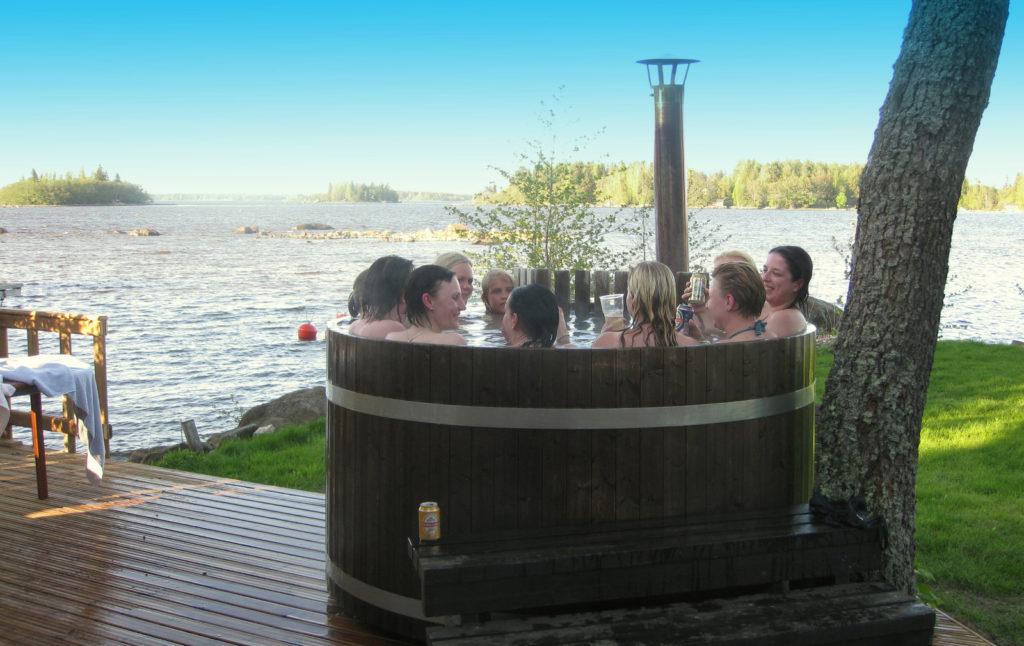 B-saunan kylpypaljussa voit ihastella merta.